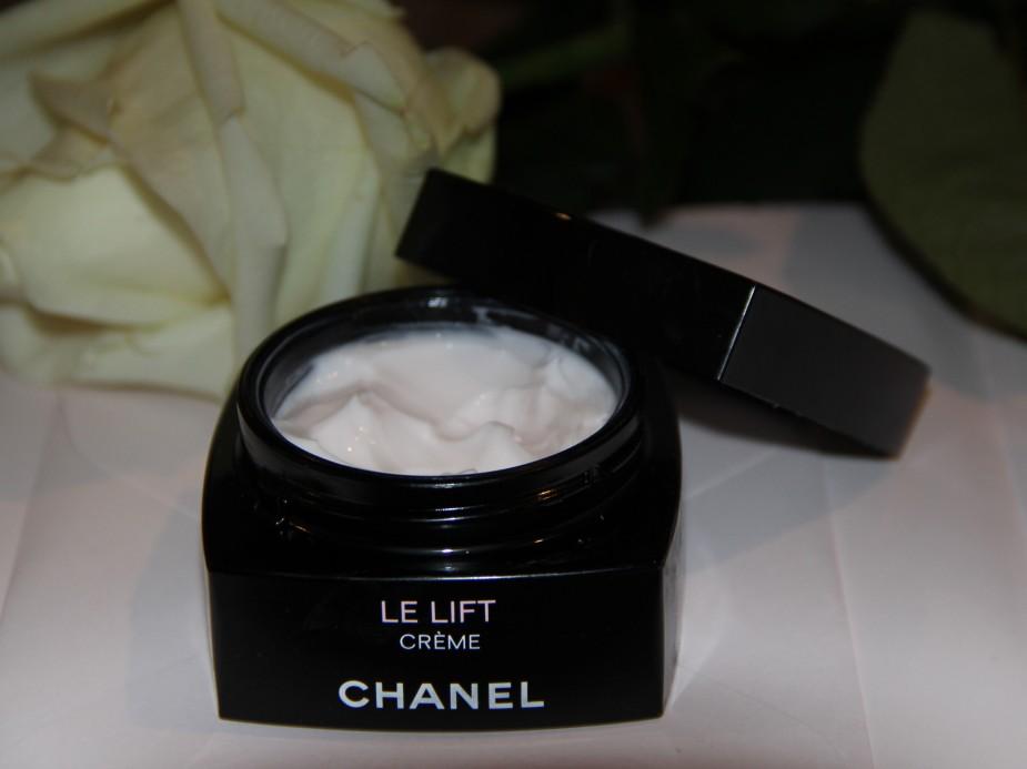 La crema in una farmacia per candeggiare di pelle